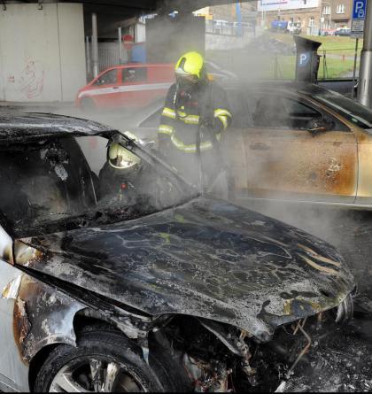 V Praze hořel osobní automobil, plameny poškodily vedle stojící vozidlo