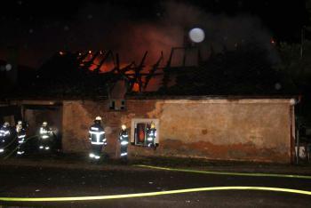 Požár rodinného domu podporoval silný vítr, mákli si nejen profesionálové