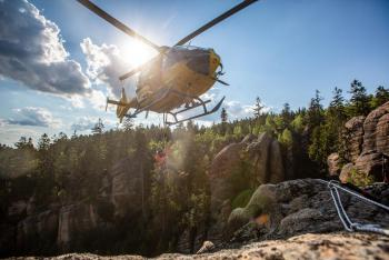 Lezl do skal a spadl. Pro zraněného horolezce letěl vrtulník