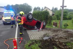 Řidička narazila do betonového mostku. Z auta ji vyprostili nájemníci domu