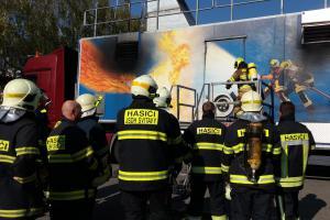 Více jak stovka dobrovolných hasičů trénovala v mobilním trenažéru