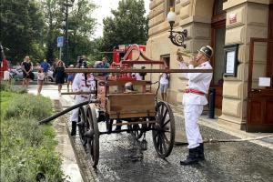 Po 140 letech u Národního divadla. Hasiči symbolicky zase hasili (VIDEO)