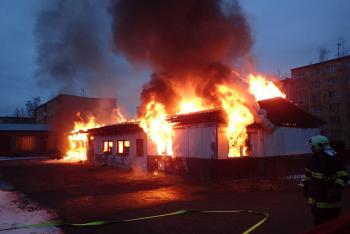 Ohnivá záře nad městem. Uprostřed sídliště vyhořel objekt bývalé restaurace