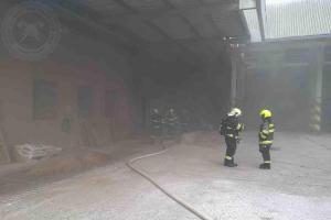 Hasiči bojovali s požárem ve výrobně krmných směsí