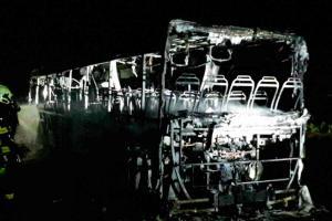 Na okraji Uherčic shořel autobus, byl v něm řidič a jediný cestující