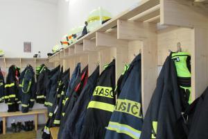 Jste rychlejší? Soutěž v oblékání hasiče na čas (VIDEO)
