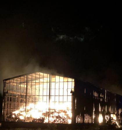 Požár haly s uskladněnou slámou způsobil škodu 6,5 milionu korun (VIDEO)