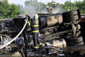Převrácenému kamionu po nehodě na pražské Jižní spojce hořel motor