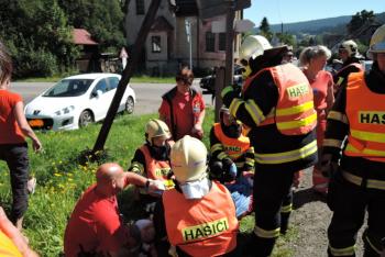 Dopravní nehoda šesti osobních automobilů, způsobila zranění pěti lidem