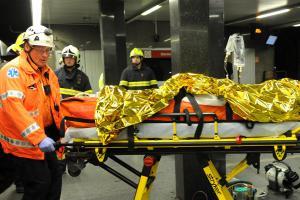 Hasiči vyprostili ženu, která spadla pod soupravu pražského metra