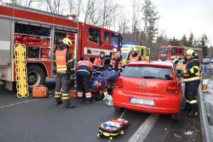 U Mezirolí se srazila dvě auta. Po vyproštění řidič skončil v sanitce