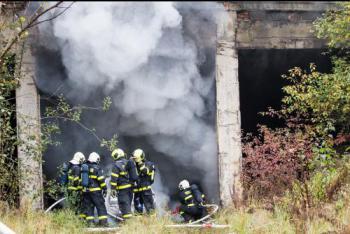 Hasiči z Bílovce nacvičovali v průmyslové oblasti zásah při požáru v tunelu