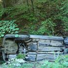 Kam zmizel? Řidič zahučel s autem do potoka a slehla se po něm zem