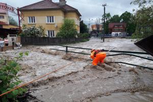 Liják na Zlínsku. Dobráci i profesionální hasiči odstraňovali jeho následky