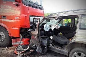Kamion se srazil s osobákem. Nehoda na Kolínsku s úmrtím řidiče