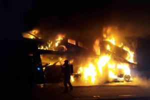 Ráno na dálnici D1. Kamion převážející osobní auta v plamenech