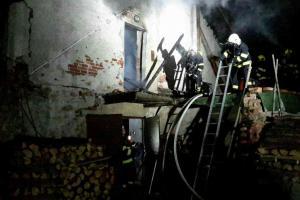 V Borači hořel dům, na jednoho hasiče se zřítila štítová zeď