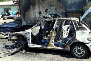 Auto žhář zapálil, oheň se rozšířil i na střechu vedlejšího objektu