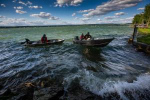 Mohli si s převrácenou loďkou převrátit i život naruby. Zasáhli hasiči