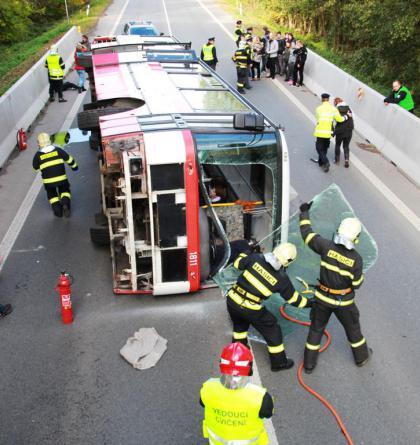 Kolínskou silnici uzavřela simulovaná havárie zájezdového autobusu