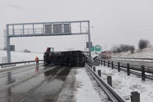 Pražský okruh zablokoval převrácený kamion. Připomínal válečnou barikádu