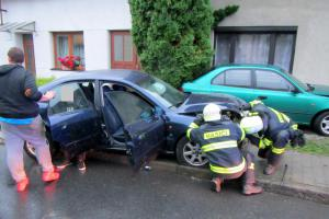 Smůla hned po ránu. Auto narazilo do domu a zaparkovaného vozu