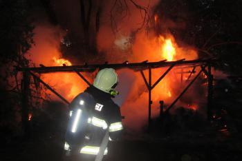 Požár přístřešku se senem u Kněžpole. Hasiči hledali osobu volající o pomoc