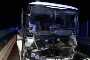Na Mělnicku se srazil náklaďák s autobusem. Nepřežila v něm učitelka