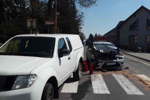 Dvě auta a jedna bouračka. Zraněna jedna žena a šupem s ní do nemocnice