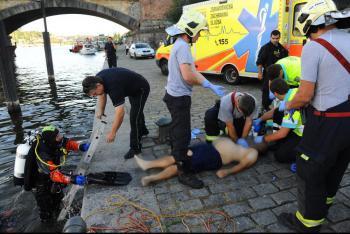Další utonulý ve Vltavě, pražští hasiči zasahovali na Smíchově