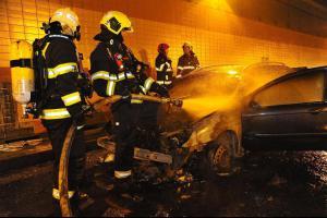 Ani dovnitř, ani ven. V pražském Dejvickém tunelu hořel osobák (VIDEO)