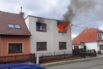 Hasiči zasahovali u požáru, jedna žena z něj utrpěla psychický otřes