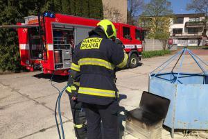 Hoří nejen auta, ale i bicykly. Hasiči jeden hasili v Praze