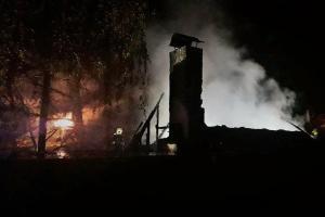 Časný ranní požár zcela zničil chatu v Babicích. Proč, se zatím neví