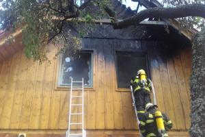 První patro chaty pohltily plameny, hasiči objekt shořet nenechali