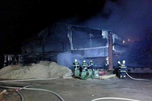 Požár zničil pilu v Morašicích. Explodoval nejen sud s olejem