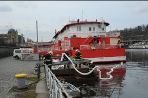 Z lodi v Praze unikla nafta, ropná skvrna na Vltavě nebyla malá