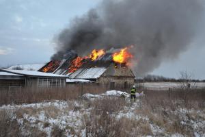 Starý statek v Hřebči skončil v plamenech, hasiči žádali o posily