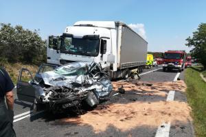 Čelní střet osobáku s kamionem na Mělnicku. Řidič osobáku nepřežil