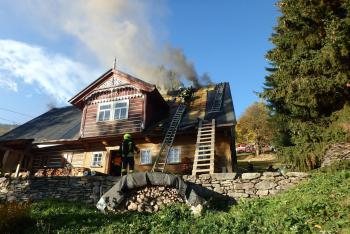 Velká škoda ve Velké Úpě. Nedbalost zapálila střechu roubenky