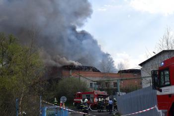 V Ostrově na Karlovarsku hořela firma na výrobu lepenky. Škoda je obrovská