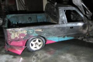 Hasiči vytahovali z garáže hořící auto, majitele kouř přidusil