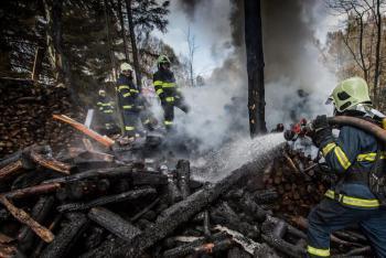 Majitel nehlídal spalovaní dřeva, pak měl oheň, kde nechtěl