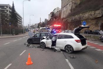 Tři zranění po kolizi dvou osobáků v Mladé Boleslavi
