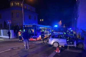Nehoda před divadlem. Autobus se v Praze srazil s osobákem (VIDEO)