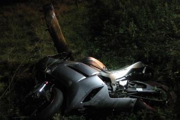 Nezvládl to. Motorkář skončil i se svým strojem za svodidly, ale přežil