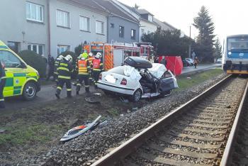 Po železniční nehodě hasiči vyprostili ze zdemolovaného auta řidiče i spolujezdce