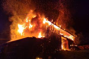 Požár stodoly na Semilsku, odnesl to i zaparkovaný traktor