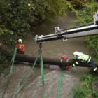 Na uvízlý kmen stromu ve vodním toku musel přijet silák Bizon