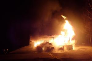 Požár nádrží s hořlavou kapalinou. Hasiči použili i pěnidlo